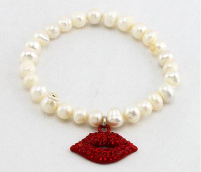 bracelet de perle et lèvres