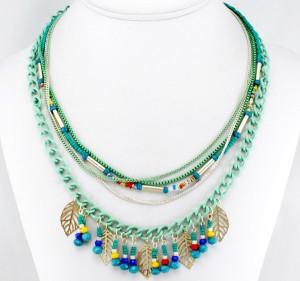 collier multichaine feuille en métal et perles de rocaille