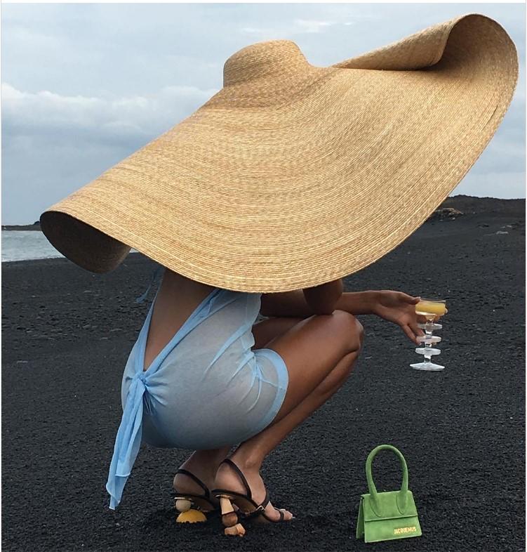 Chapeau de plage XXL en paille Jacquemus