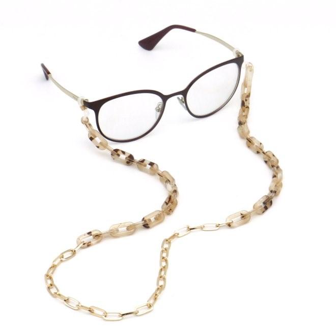 Chaîne de lunettes avec de gros maillons en résine-acétate effet écaille de tortue et métal.  Vendue par Parissima, vendeur en gros de la rue du Temple pour les professionnels de la mode et de la beauté.