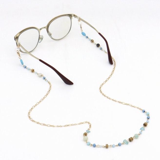 Parissima, professionnel de la vente en gros de maroquinerie, accessoires pour cheveux et bijoux fantaisie vous propose ce bel accessoire de lunettes en chaîne et perles en pierre.