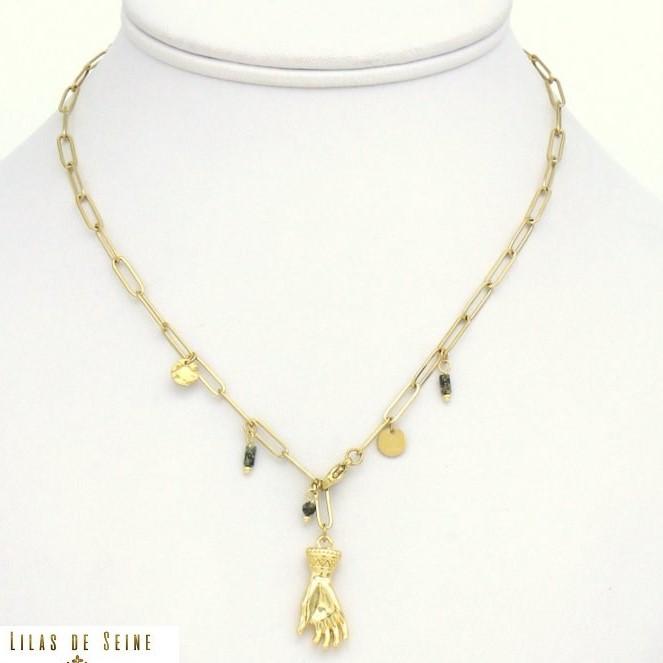 Parissima, grossiste de bijoux fantaisie à Paris, vous propose ce superbe collier à pampilles et breloques en acier inoxydable doré. Un pendentif forme main protectrice en acier inoxydable vient sublimer le tout.