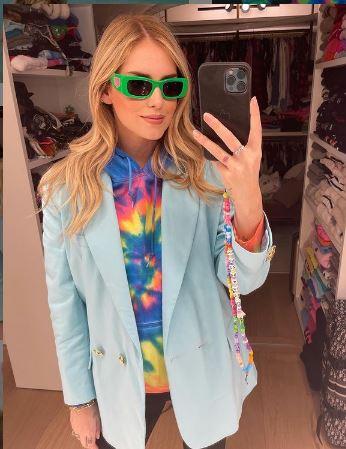 Chiara Ferragni, célèbre blogueuse italienne a, elle aussi, succombé à la tendance des bijoux de portable multicolores fluo.